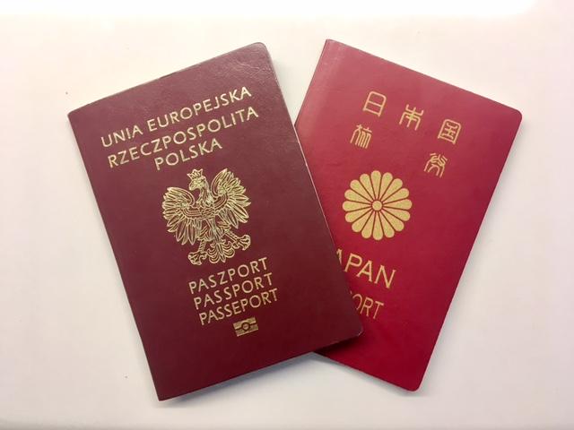 ポーランドと日本のパスポート