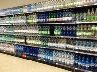 ポーランドのスーパーマーケット 水売り場